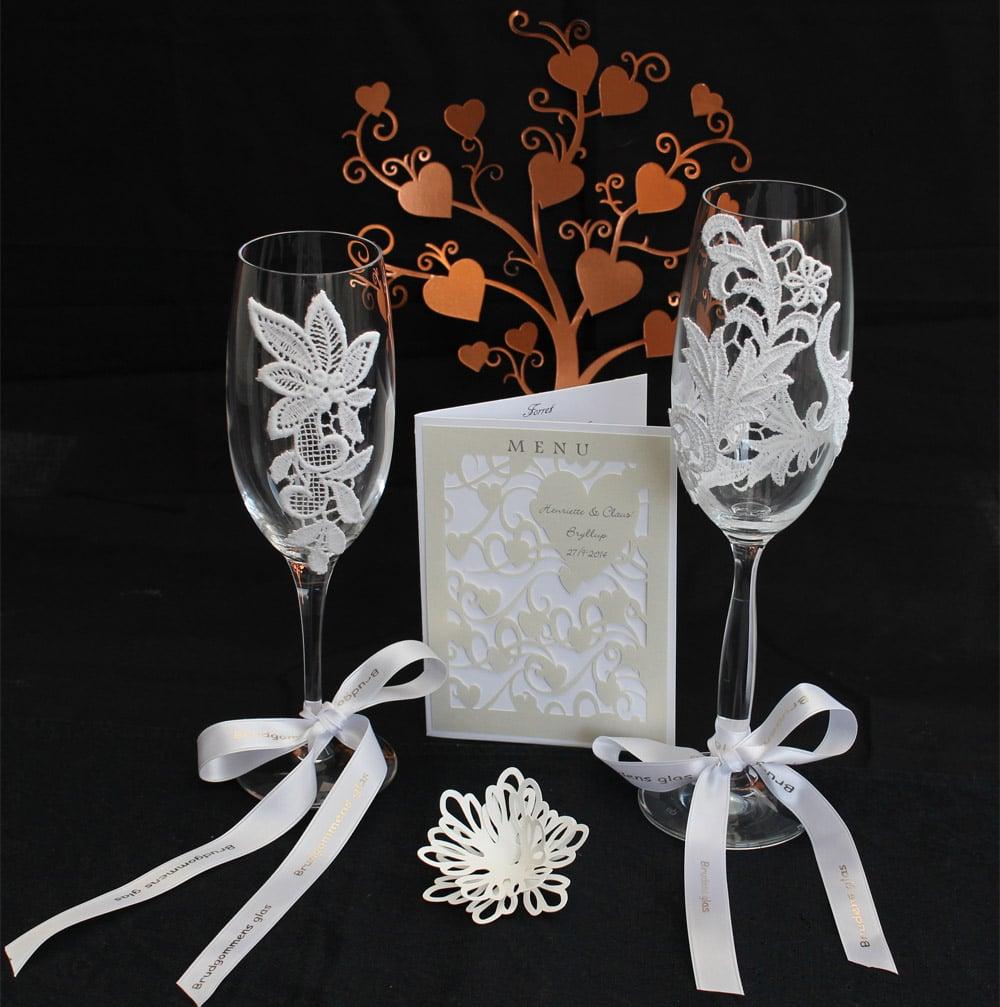 Romantiske champagneglas med blonder og bånd