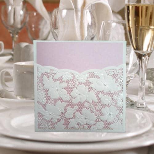 Hvidt kort med blomster og perler