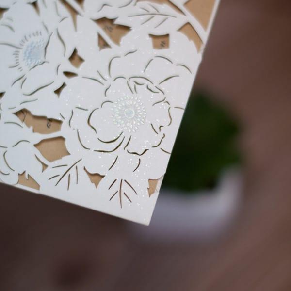 hvide blomster med sølv