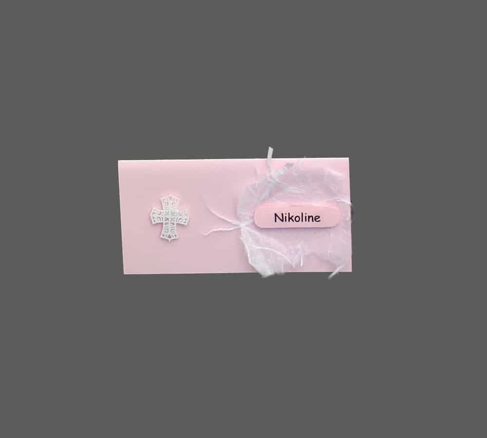 Lyserødt bordkort med lille kors og strukturpapir