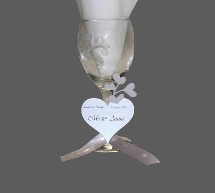 bordkort der bindes om glasset med et silkebånd
