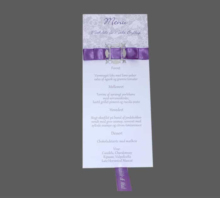 menukort med silkebånd og sølvspænde