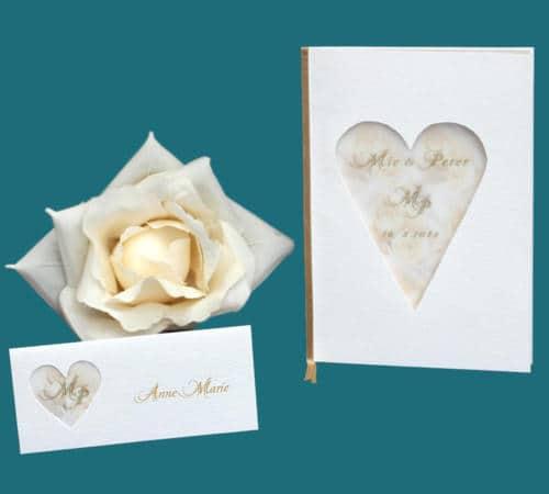 bryllupskort i hammerslået karton med udskåret hjerte