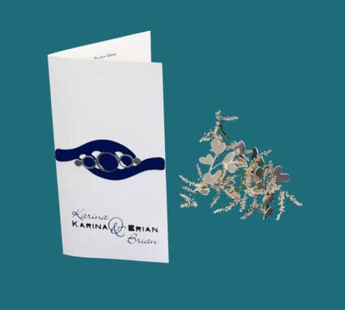 menukort med udskåret blåt mønster og sølvring limet ovenpå