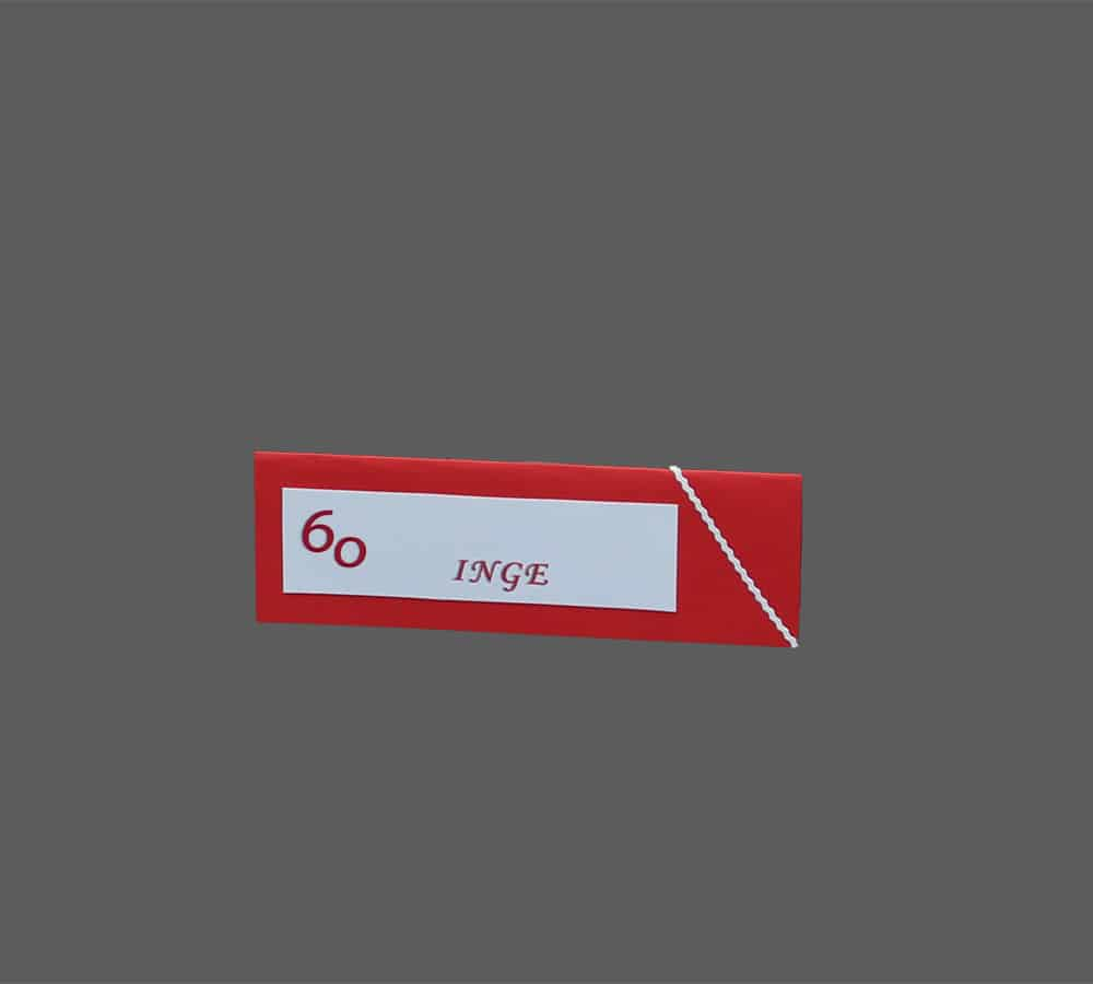 bordkort i rødt karton med hvid frise