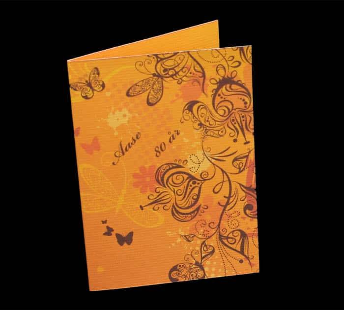 menu eller invitation med sommerfugletryk og fødselarens navn og alder