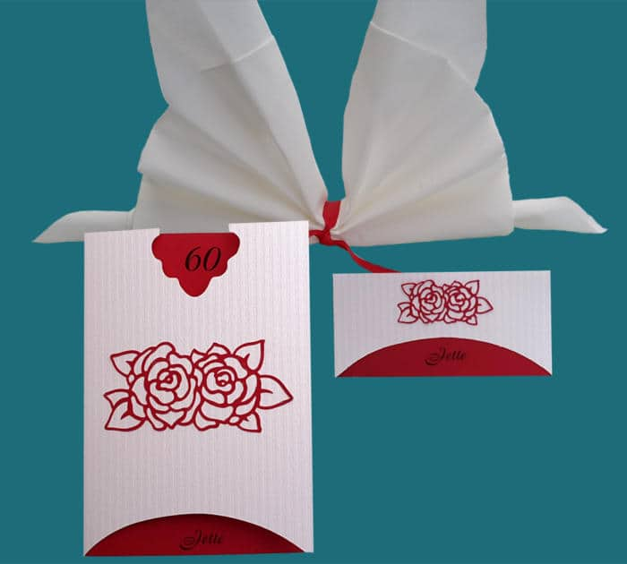 menukort og bordkort i rødt og hvidt tema. roserne er limet på.