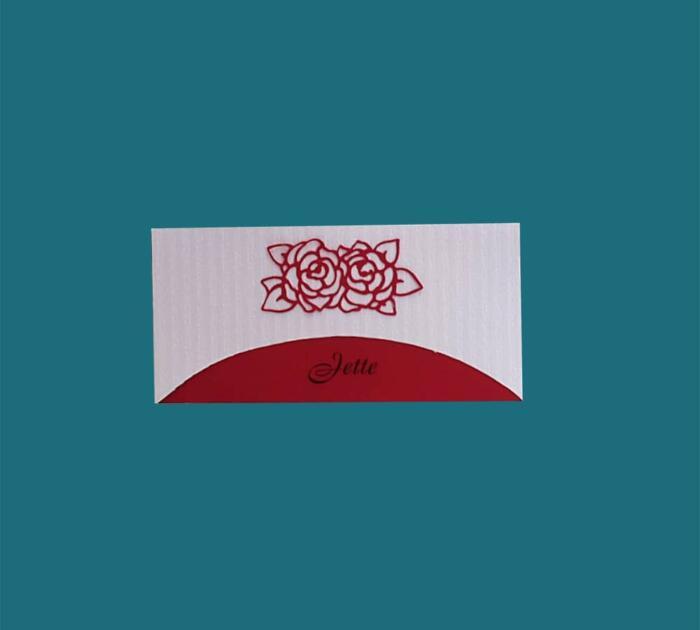 rødt/hvidt bordkort med udskåret rose