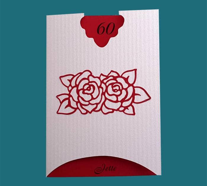 fødselsdagsinvitation i hvidt stribet karton med pålimet rose