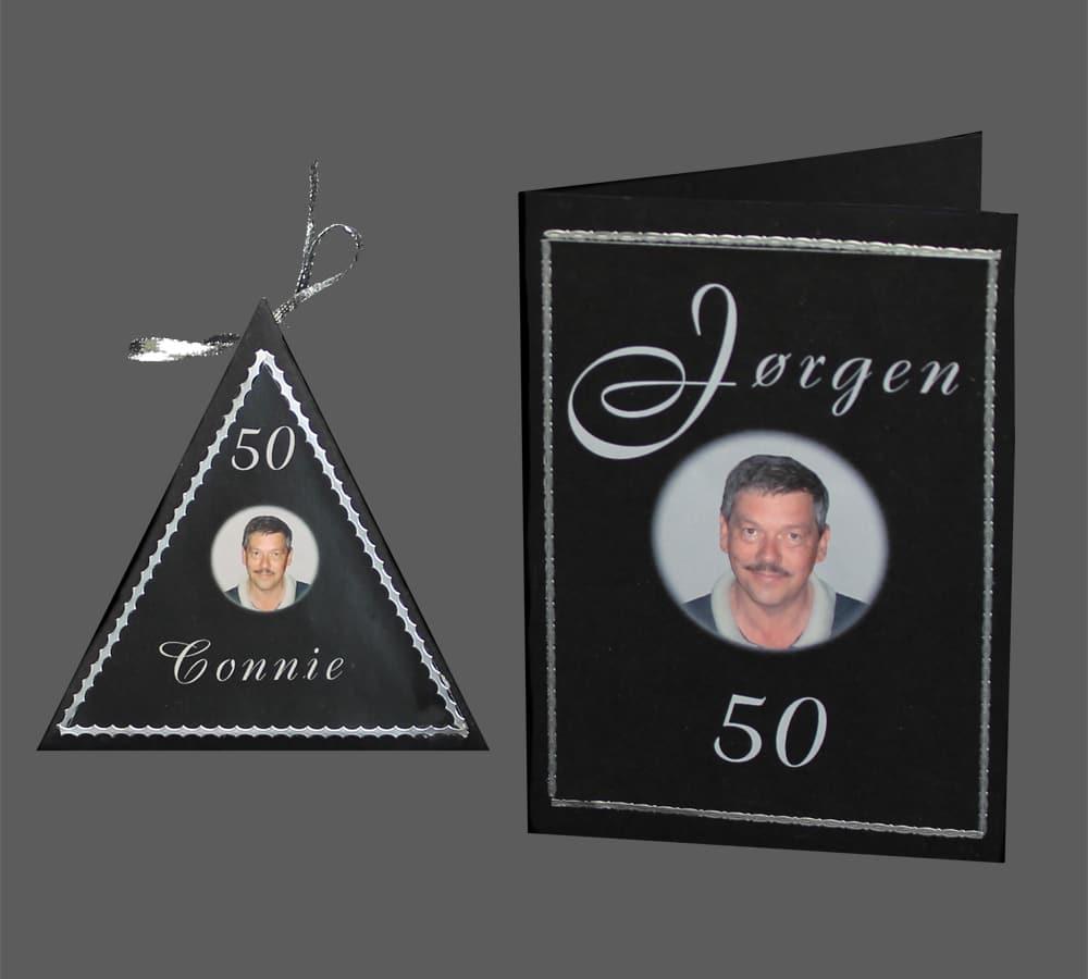 fødselsdagskort i sort og sølv. trekantet æske der kan åbnes.