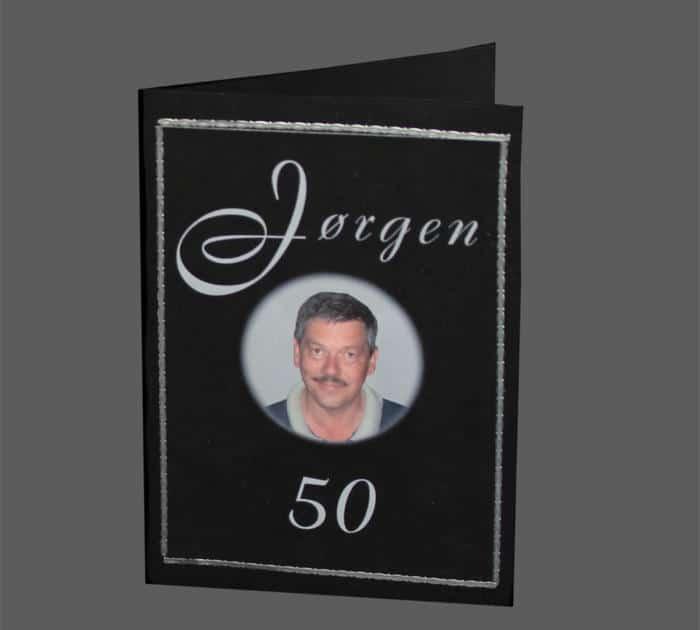invitation i sort og sølv med fødselarens foto