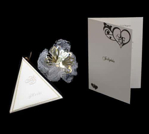 indbydelse med hjertemonogram og kombineret bord- og menukort i en trekante æske