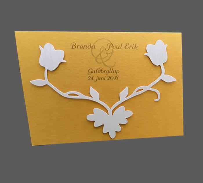 invitation eller menukort i guld karton med hvid blomst