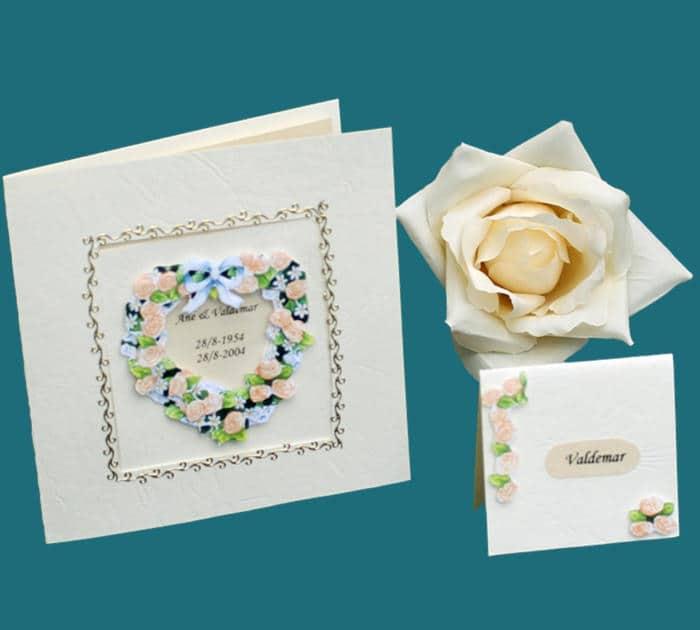 kvadratisk invitation og bordkort med blomsterhjerte til guldbryllup