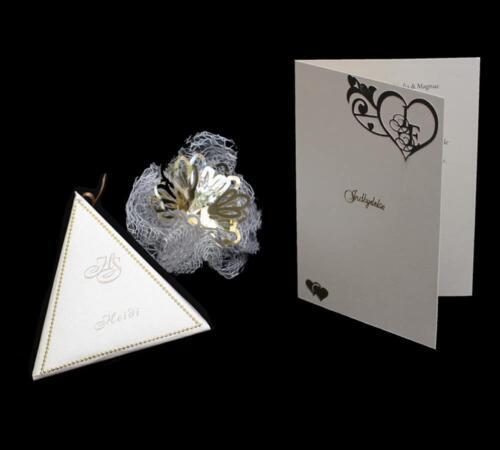 indbydelse med hjertemonogram og kombineret bord- og menukort i en trekantet æske