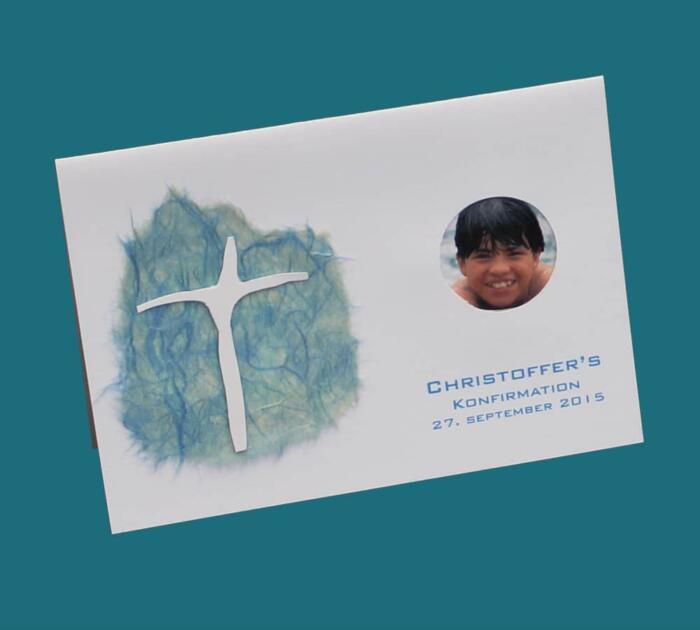 Invitation med asymmetrisk kors og foto af konfirmanden