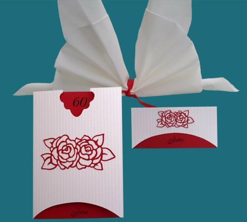 menukort og bordkort i rødt og hvidt tema. roserne er udskåret og limet på.