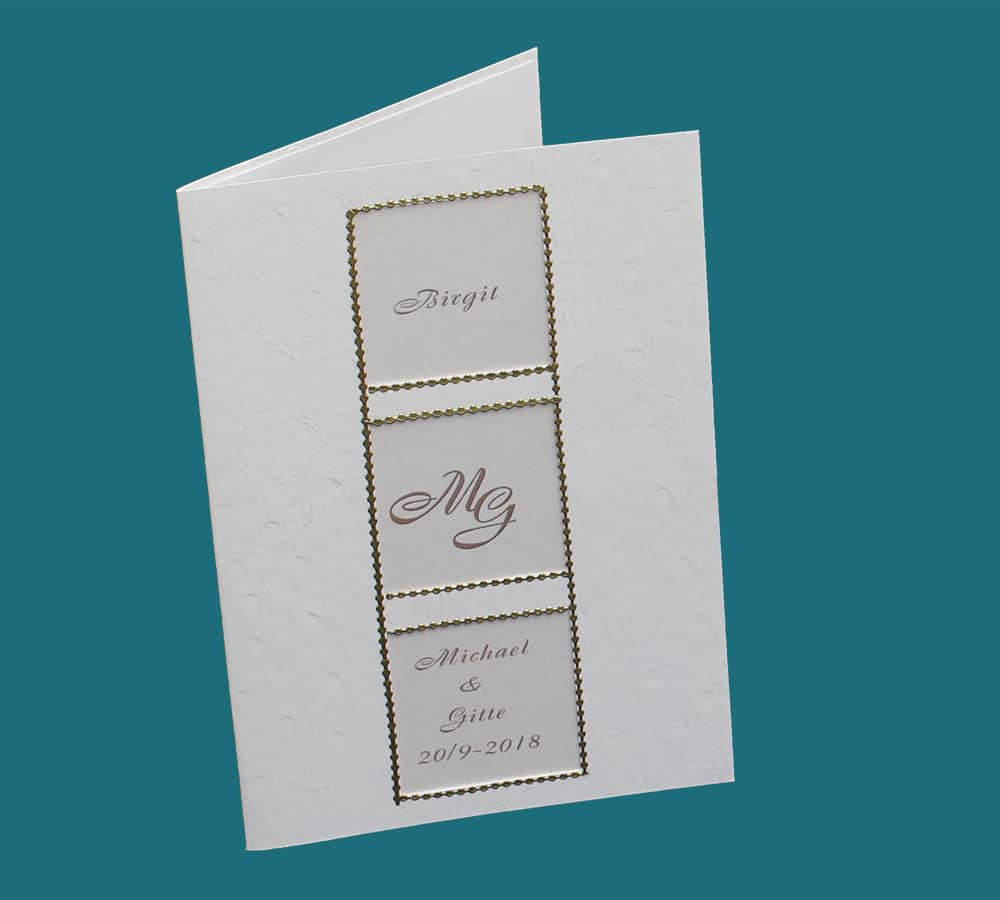 invitation med monogram og guldfolie