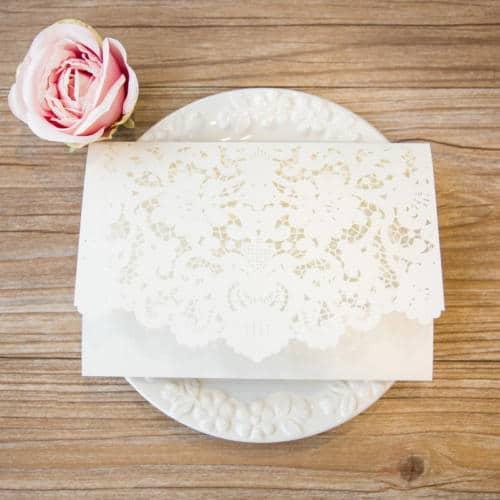 Pocket invitation med flæse flap hvid