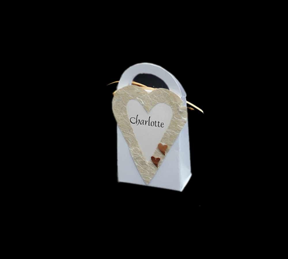 bordkort som lille taske med pålimet hjerte