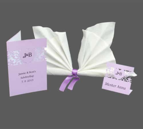 sølvbryllups menukort og bordkort i lilla karton med dekorativ blomsterudskæring