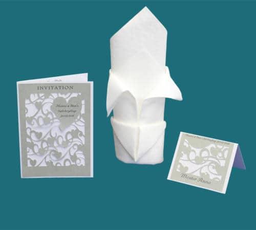 invitation, menukort og bordkort med et væld af udskårede hjerter