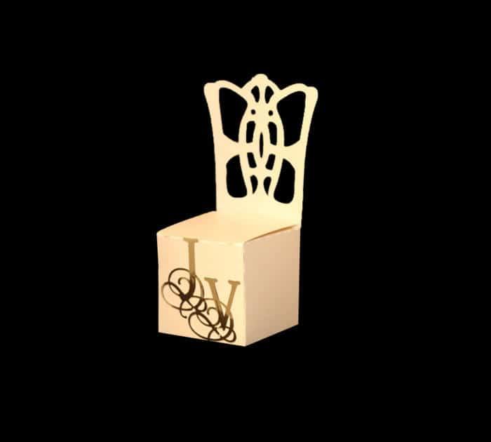 favoræske med monogram. gæstens navn kan sættes på stolen