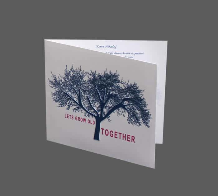 invitation med et smukt træ, stammen er udskåret og pålimet