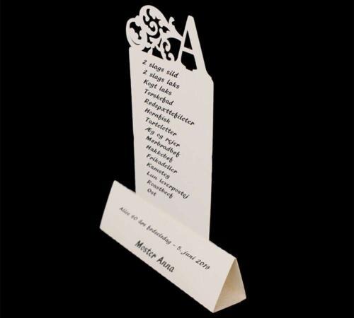 Kombineret menu- og bordkort med fødselarens forbogstav som pynt