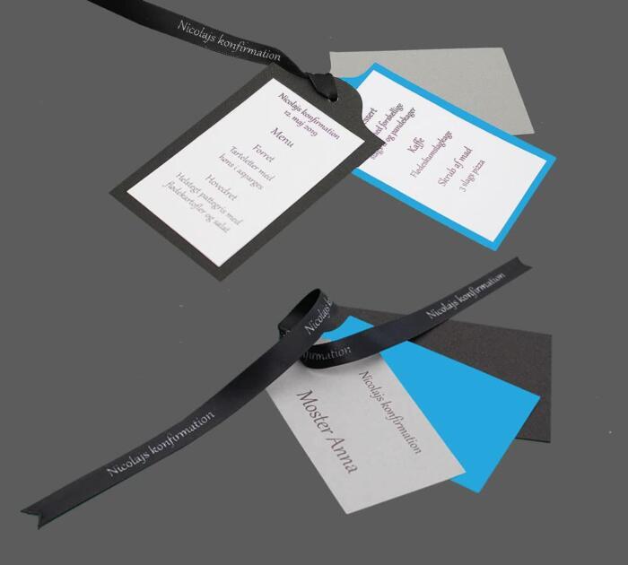 kuffertmærker (Manillamærker) som bord- og menukort samt invitation, bundet med bånd påtrykt navn