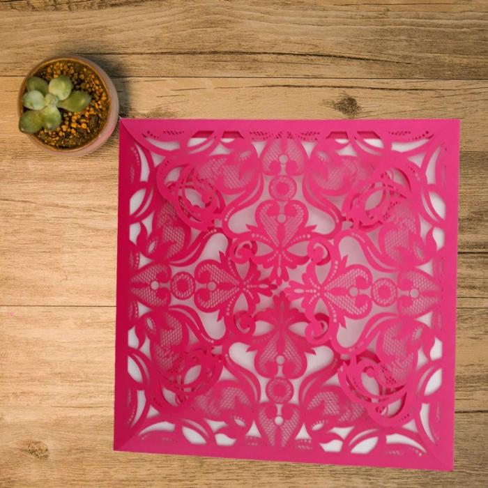 kvadratisk kort i pink med fire flapper