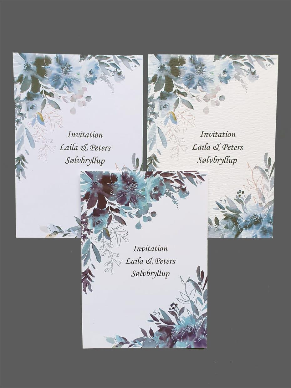 Invitation med blå blomster print på karton