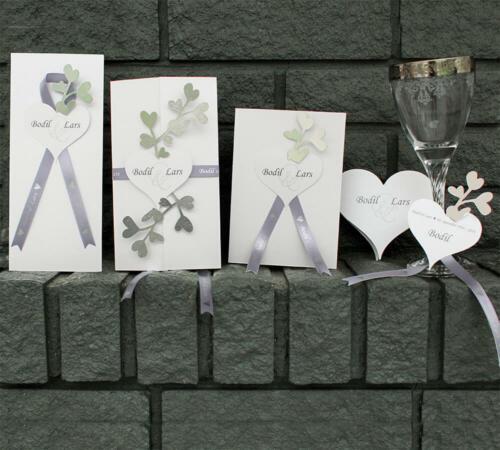 Sølvbryllupskort - Amor serie med sølvhjerter og bånd med sølvtryk.