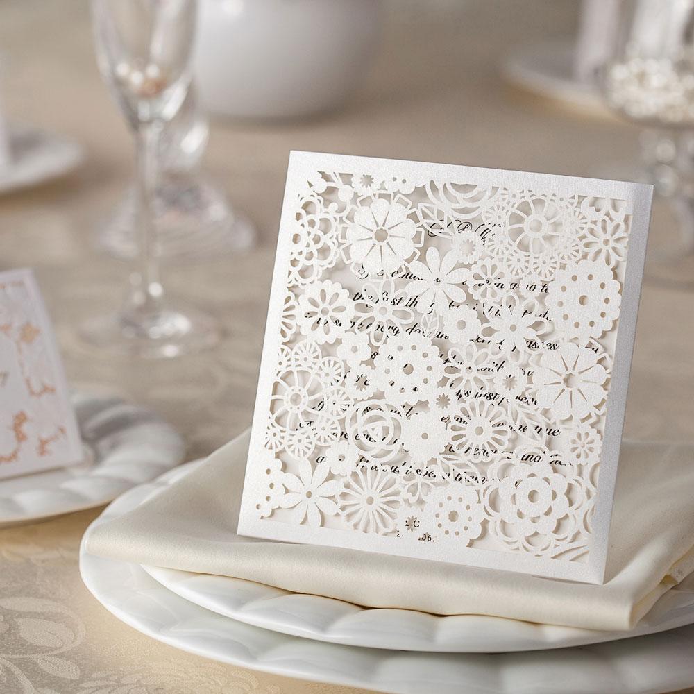 invitationskort med udskårede blomster