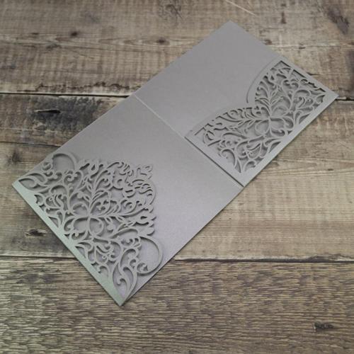 Pocketkort m udstanset flap og lomme perlemor sølvfarvet