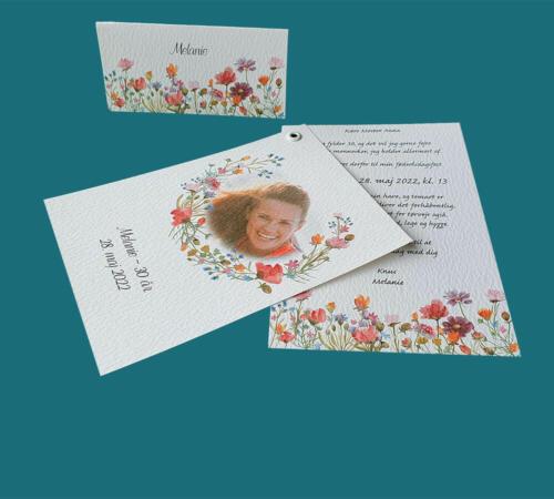 Invitation og bordkort med valmuer og grøftekantsblomster