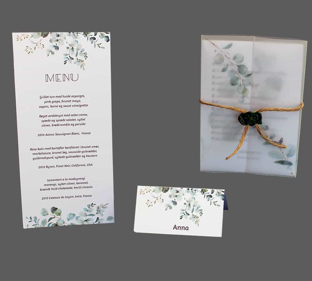 Invitation med vellum påtrykt eucalyptus samt bordkort og menukort
